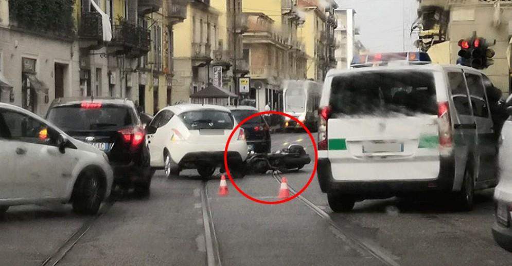 Auto e scooter si scontrano in via Monginevro, motociclista trasportato al Cto