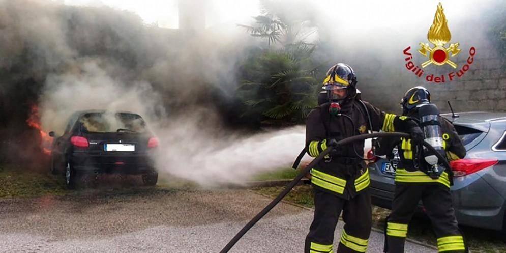 Auto in fiamme a Pordenone, salvo il conducente