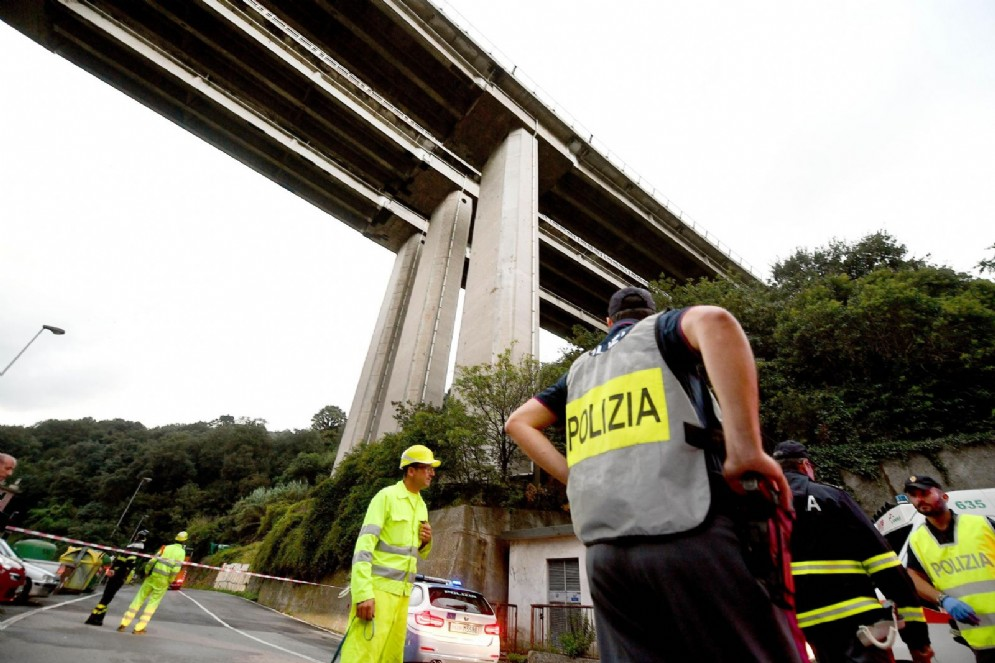 Una delle parti del ponte Morandi rimaste in piedi