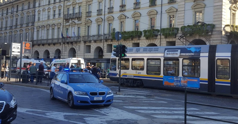 Incidente in piazza Castello, tram investe un ragazzo mentre attraversa la strada: portato al Cto