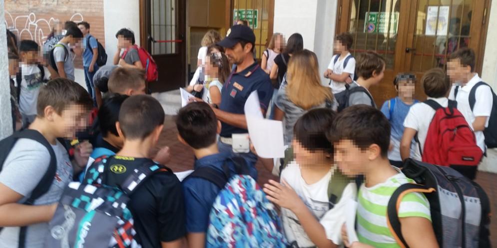 La polizia all'ingresso del Dante per spiegare l'app YouPol