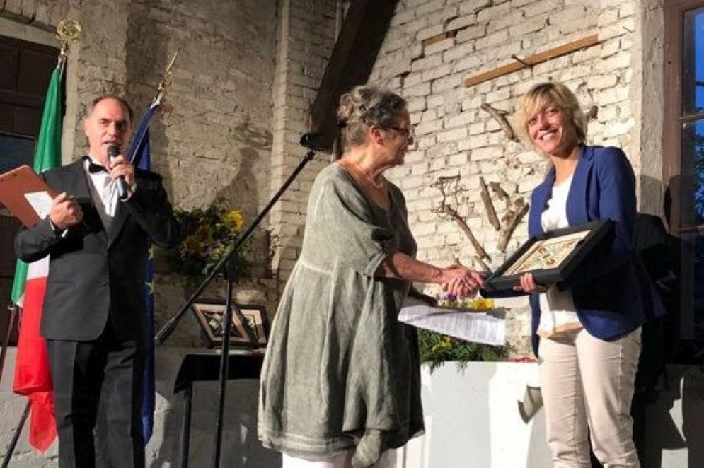 L'assessore Zilli mentre conferisce a Silvia Schiavi Fachin il Premio Merit Furlan