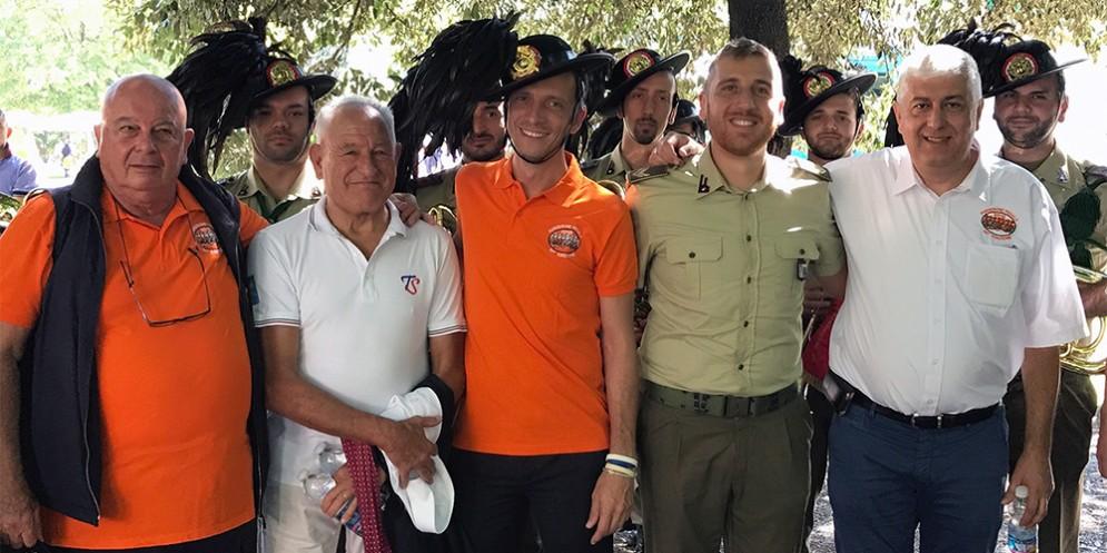 Il governatore insieme alla Fanfara dei bersaglieri presenti alla Pordenonepedala
