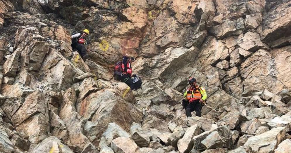 Tecnici del Soccorso alpino accompagna in discesa gli alpinisti francesi, soccorsi perché sotto choc dopo la vista del cadavere