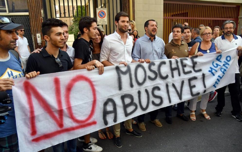 Salvini partecipa a un presidio contro le moschee abusive