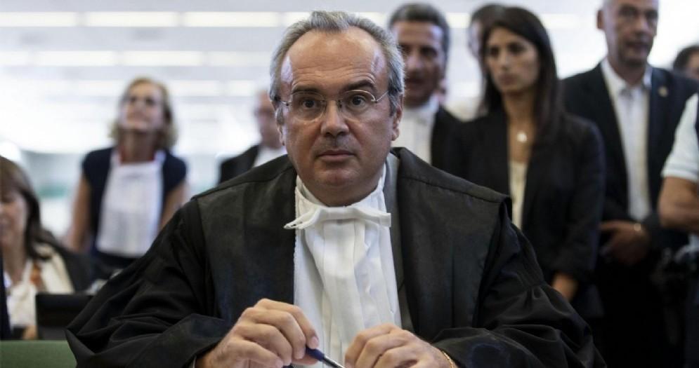Il pm Luca Tescaroli con sullo sfondo la sindaca Virginia Raggi durante la sentenza processo «Mafia Capitale Mondo di Mezzo» a Roma