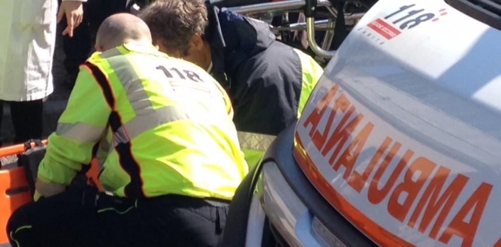 Chiazza di gasolio sull'asfalto: 26enne in ospedale