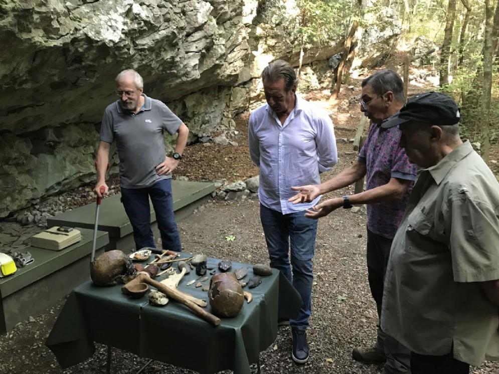 L'assessore Fabio Scoccimarro alla Grotta Nera di Basovizza