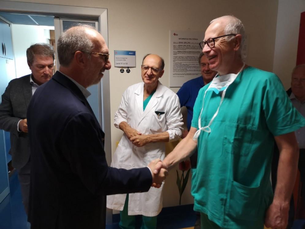 Durante la visita, il vicegovernatore Riccardo Riccardi con Fabrizio Bassini, responsabile dell'ortopedia della clinica Città di Udine.