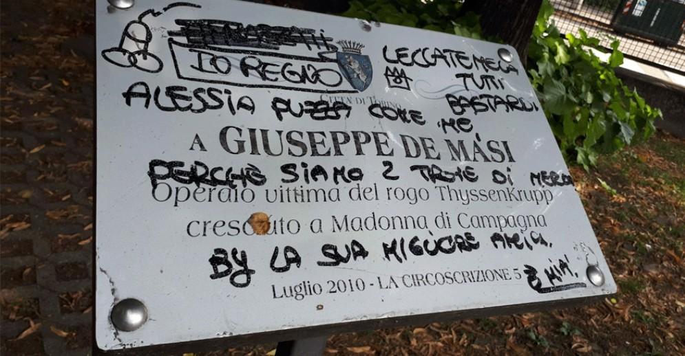 «Siamo due t…e, leccatemela»: oscenità sulla targa in memoria di Giuseppe De Masi