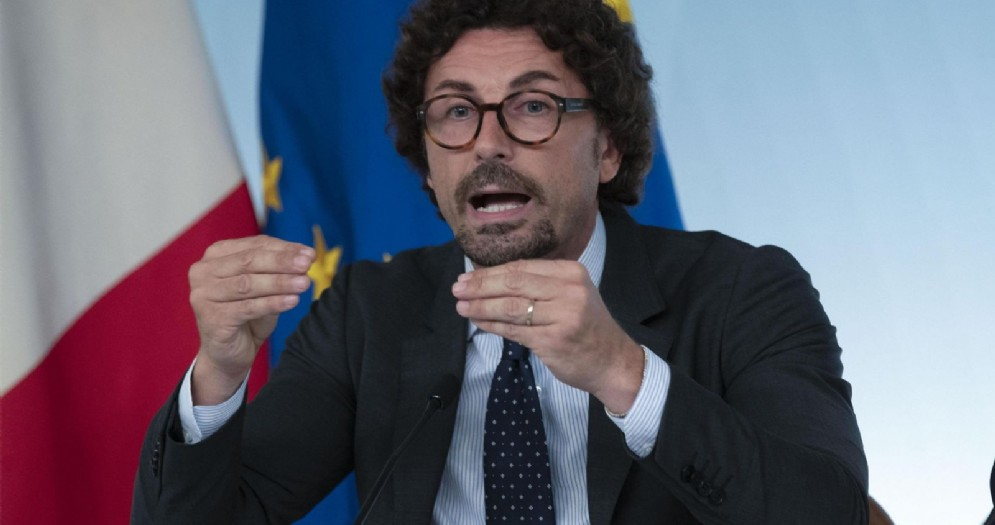 Il ministro delle Infrastrutture Danilo Toninelli, in conferenza stampa a palazzo Chigi