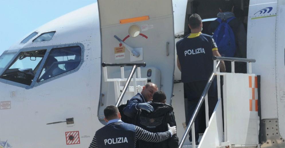 L'aereo è guasto, i clandestini che dovevano essere espulsi dall'Italia tornano in libertà (immagine archivio)