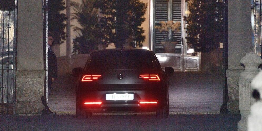 La macchina del ministro dell'Interno Matteo Salvini arriva a Villa San Martino, residenza di Silvio Berlusconi