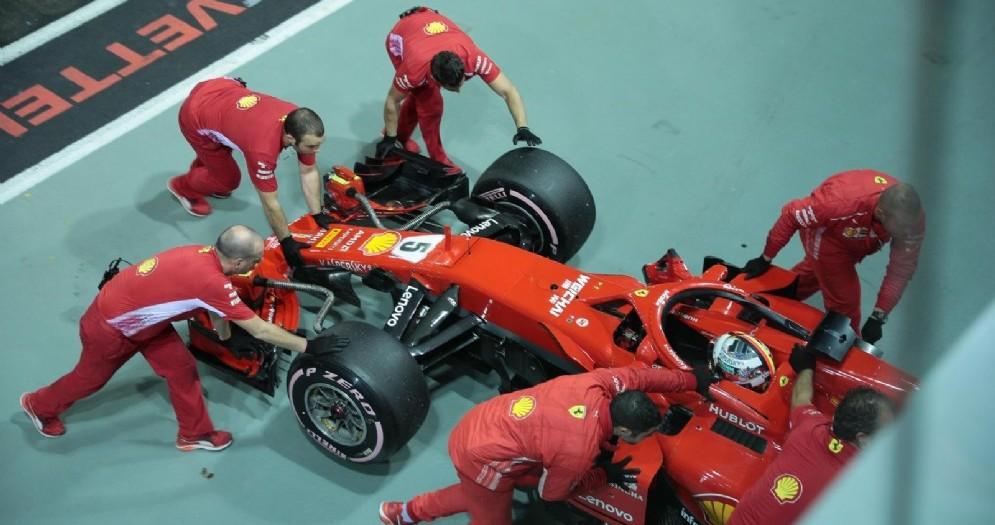 Meccanici Ferrari in azione