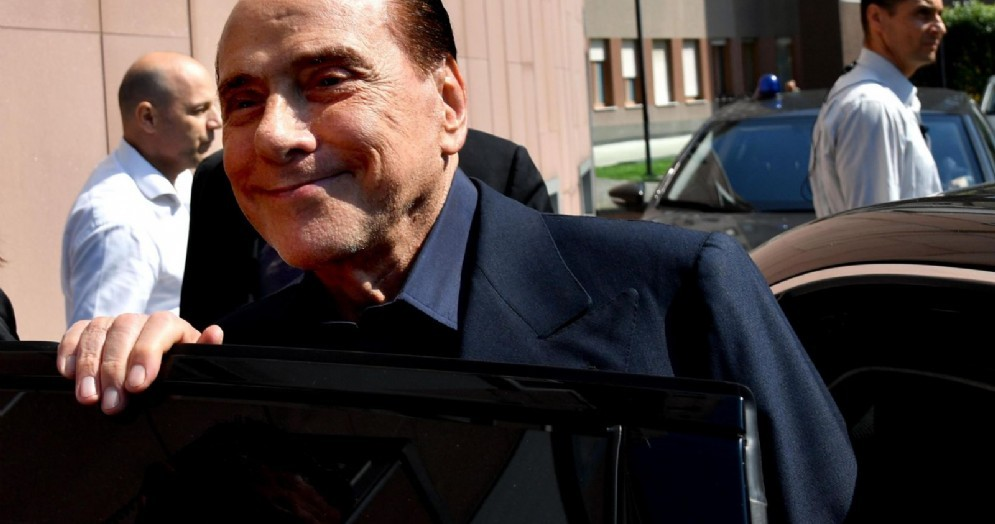 Il leader di Forza Italia, Silvio Berlusconi, all'uscita dall'ospedale San Raffaele