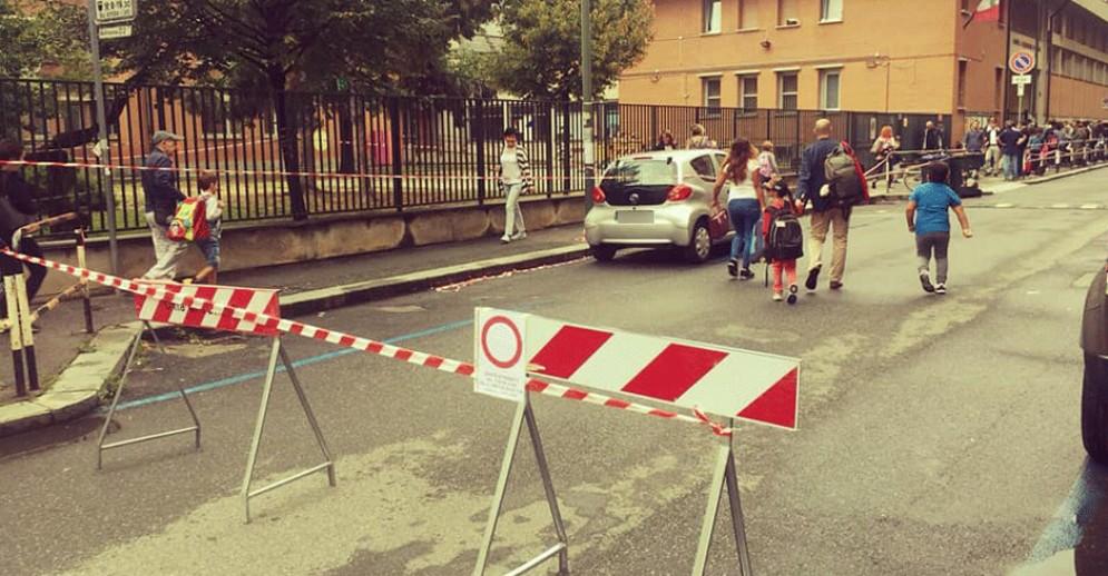 Auto off limits davanti alla scuola Gambaro: i bimbi «a piedi» si riprendono la strada