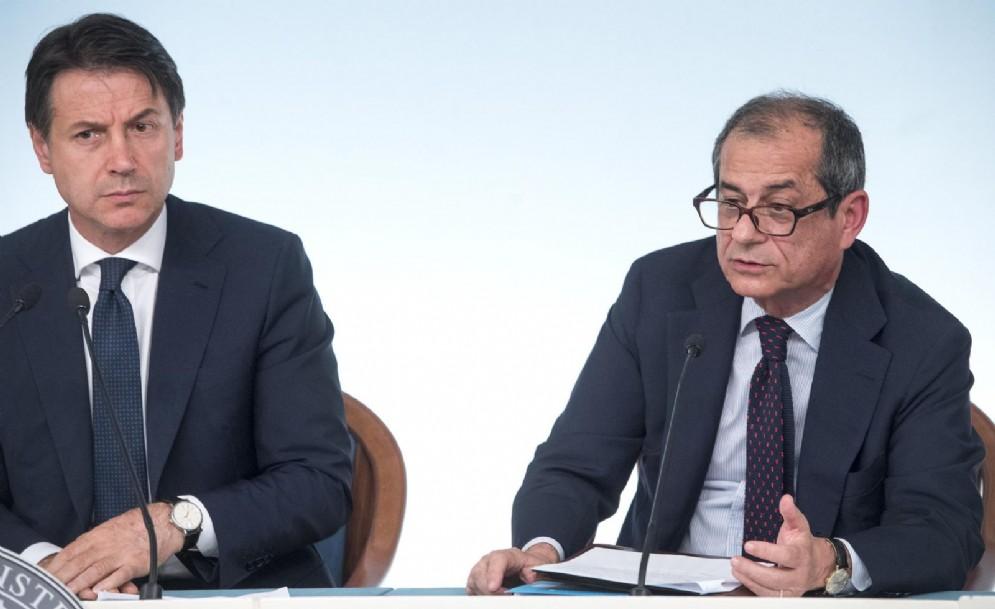 Il premier Giuseppe Conte e il ministro dell'Economia e delle Finanze Giovanni Tria