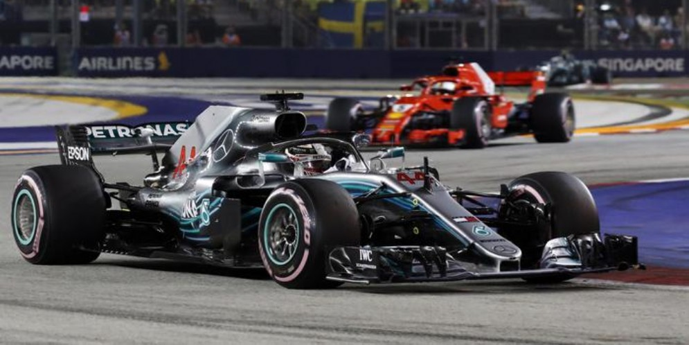 Lewis Hamilton su Mercedes seguito da Sebastian Vettel su Ferrari