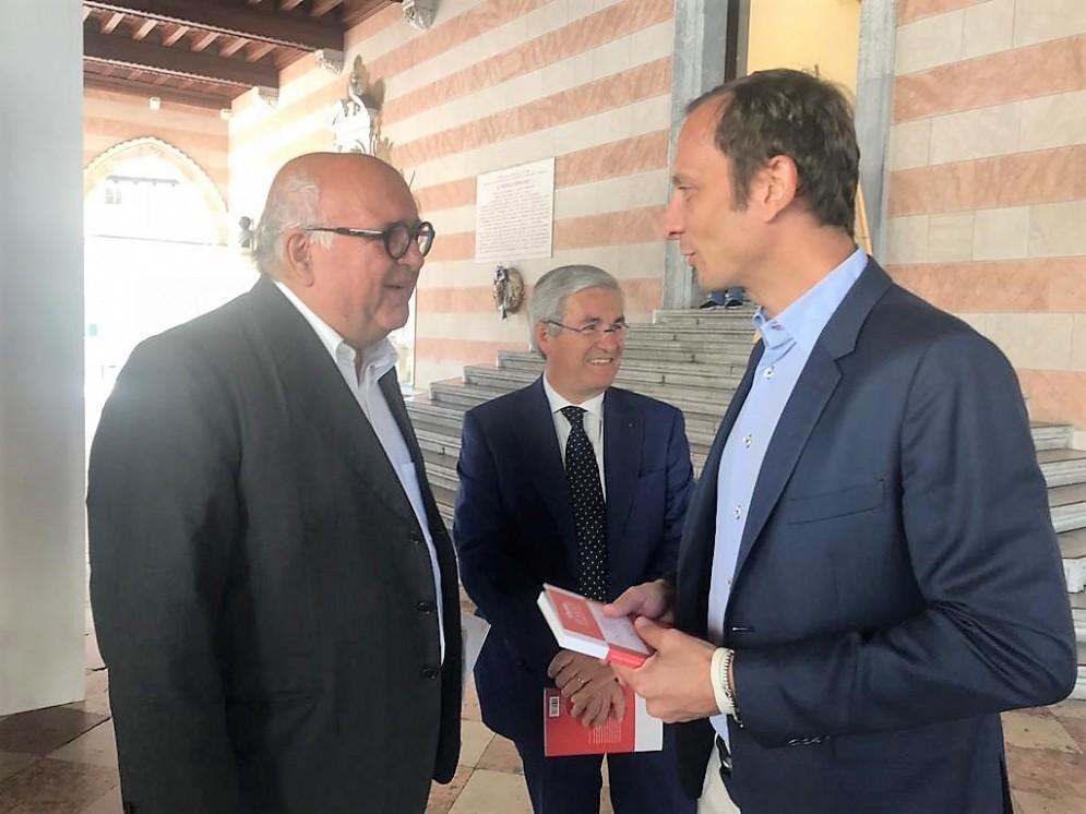 Il governatore del Fvg Massimiliano Fedriga  e il direttore delle Guide di Repubblica, Giuseppe Cerasa, con il sindaco di Udine Pietro Fontanini