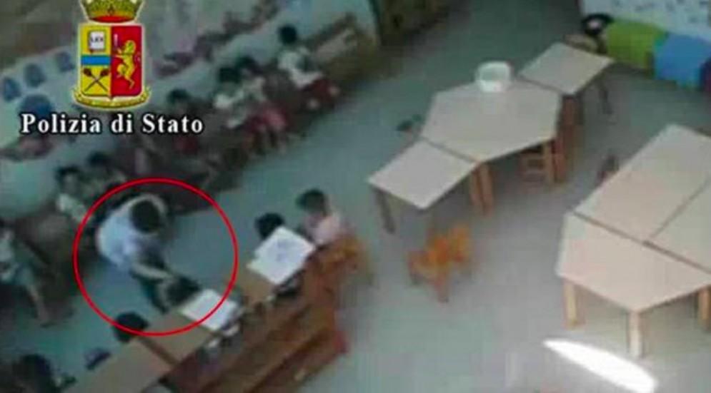 Le immagini di abusi sui bambini di un asilo di Vercelli riprese dalle telecamere di videosorveglianza