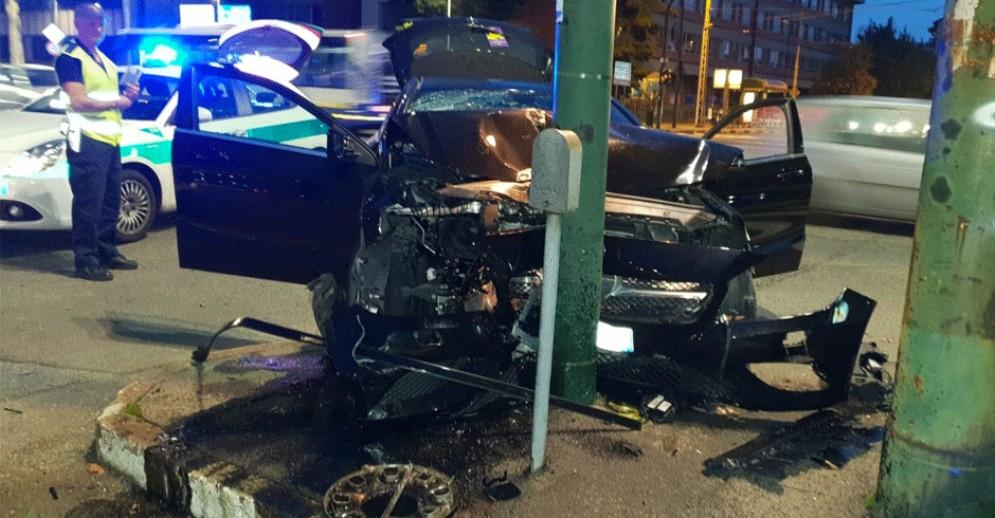 Terribile incidente in corso Novara, auto si schianta sul semaforo: uomo scappa dall'ospedale