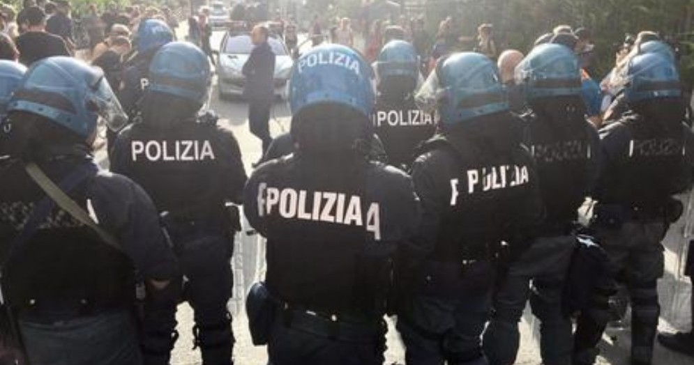 Tensione a Bardonecchia: gruppo di anarchici pro migranti paralizza il paese