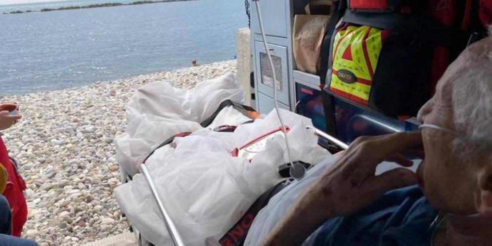 Pensionato di Ivrea vuole vedere il mare per l'ultima volta a Marina di Carrara