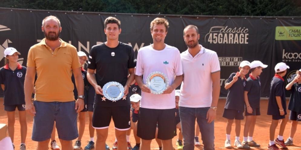I vincitori del doppio con il direttore del torneo Lorenzo Lanza e lo sponsor Yuri Bodo