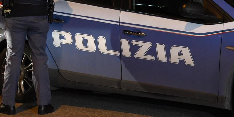 Ubriaco aggredisce la donna che è con lui e anche i poliziotti: denunciato