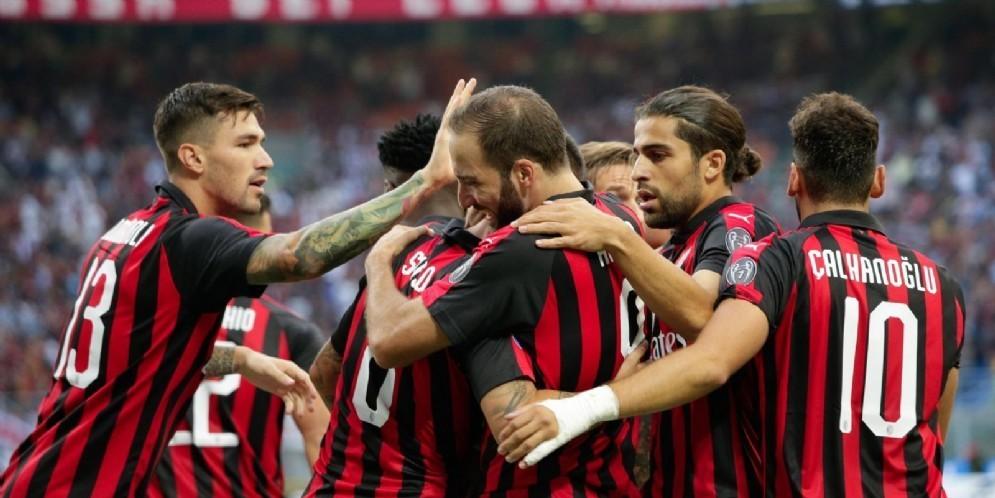 L'abbraccio dei rossoneri dopo il gol di Higuain all'Atalanta
