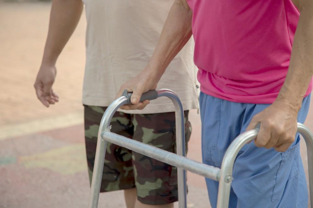 Uomo di 29 anni torna a camminare dopo essere stato paralizzato per cinque anni