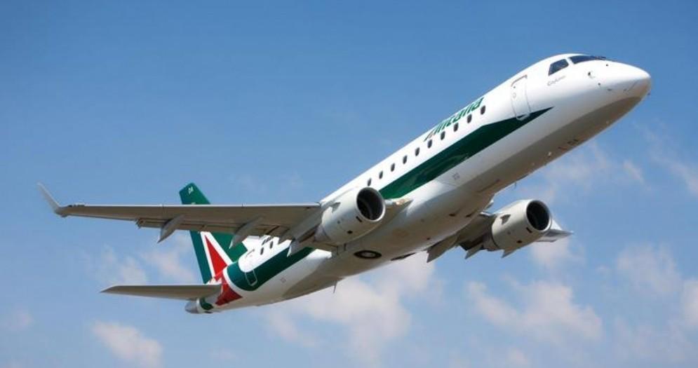 Volo Alitalia 'colpito' da uno stormo di uccelli rientra in aeroporto