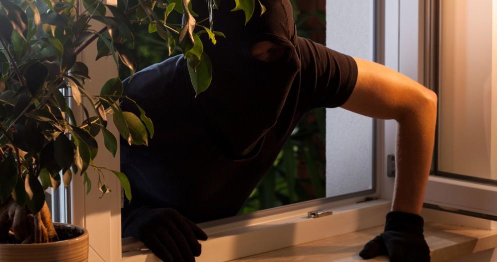 Ladro entra dalla finestra - Immagine di repertorio