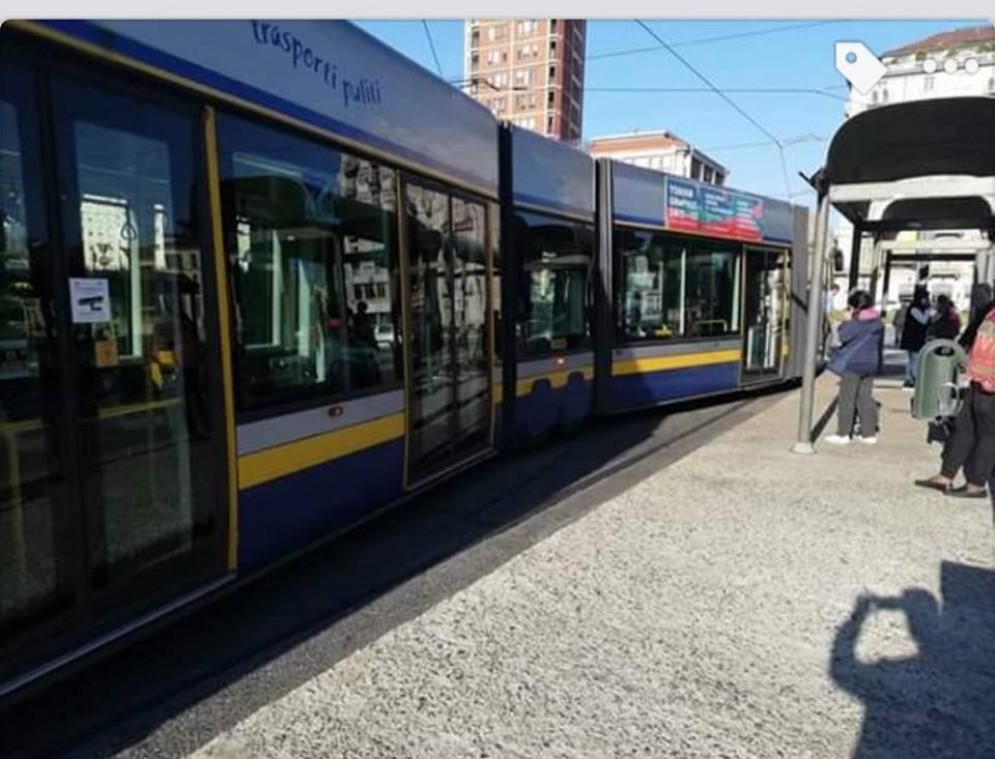 Paura in piazza Statuto, deraglia tram della linea 10 pieno di passeggeri