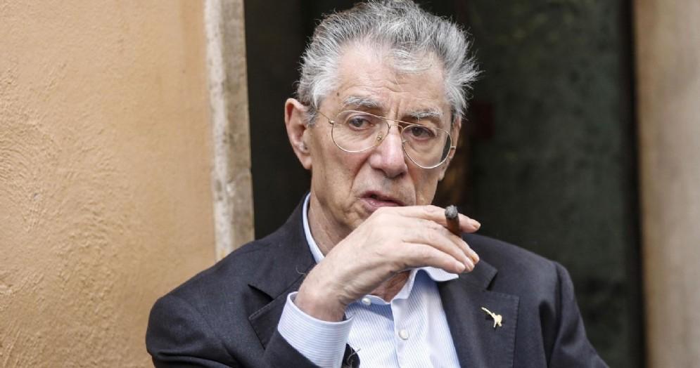 Umberto Bossi fuori Montecitorio