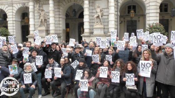 La protesta dei commercianti e residenti sotto Palazzo Civico