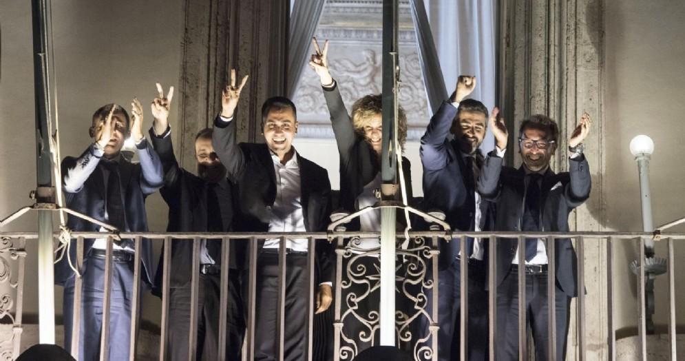 Il vicepremier Luigi Di Maio e i ministri del M5s affacciati dalle finestre di palazzo Chigi