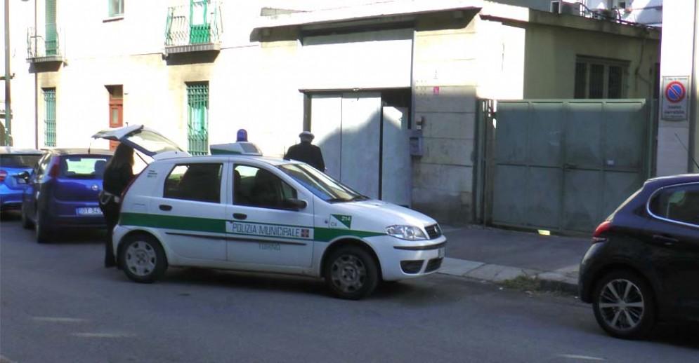 Polizia municipale davanti a un centro massaggi