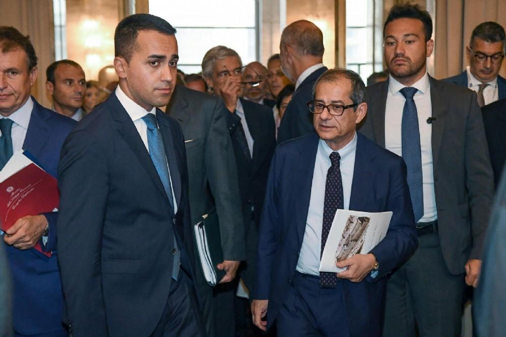 Il vicepremier e ministro del Lavoro e dello Sviluppo Economico Luigi Di Maio con il ministro dell'Economia Giovanni Tria