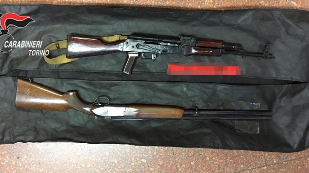 Droga, armi e un kalashnikov pronto a sparare in un condominio: il sequestro dei carabinieri