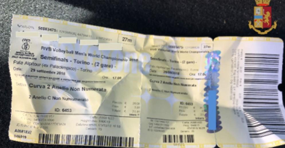 Uno dei biglietti sequestrati dalla polizia