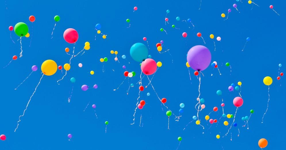 Palloncini colorati in cielo