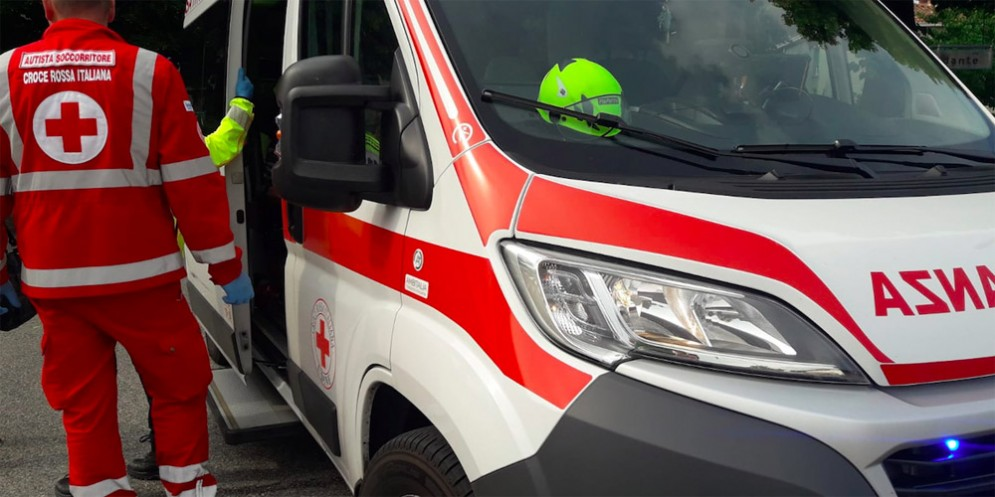 Perde il controllo del mezzo e finisce sulle auto parcheggiate: donna trasportata in ospedale