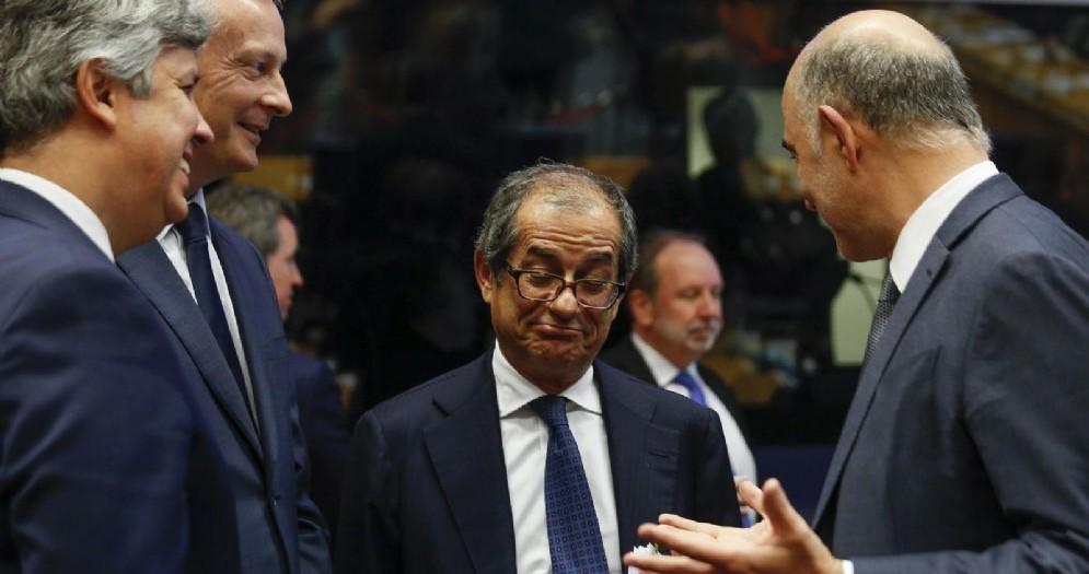 Da sinistra a destra: il presidente dell'Eurogruppo Centeno, il ministro dell'Economia francese Le Maire, quello italiano Tria e Moscovici