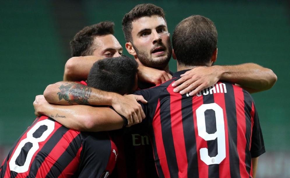 Il Milan esulta dopo il 3-1 inflitto ai greci dell'Olympiakos