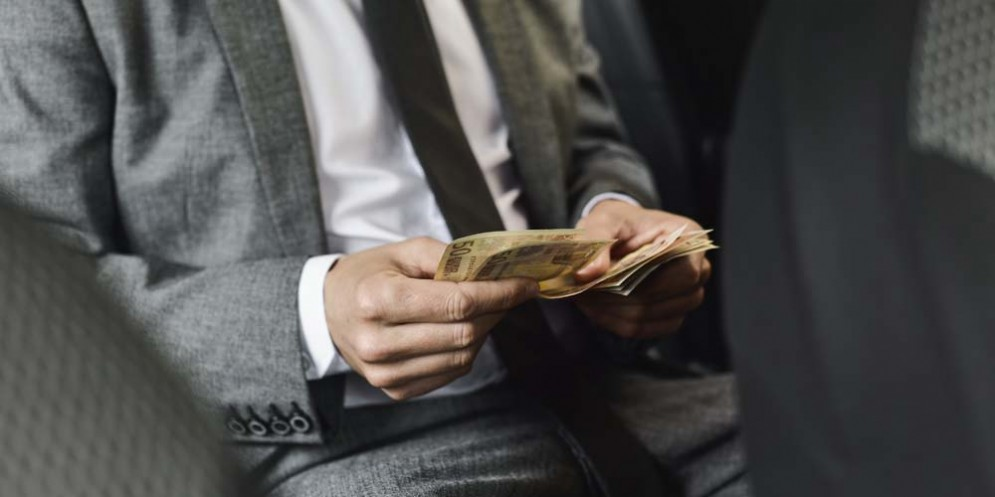 Minacciava di licenziarli ed estorceva loro soldi: denunciato