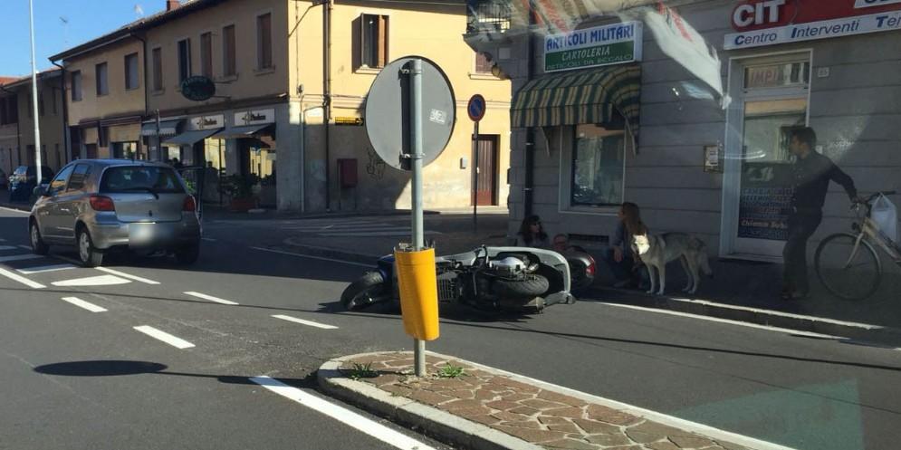Scooter tampona auto in via Cividale: ferito un 58enne