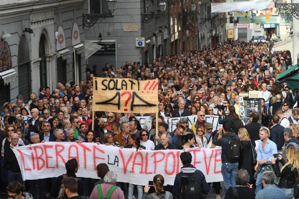 Un momento della manifestazione 'Oltre il ponte c'è...' organizzata dagli sfollati dopo il crollo di ponte Morandi a Genova