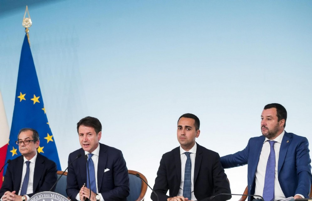 Il ministro dell'Economia Giovanni Tria, il premier Giuseppe Conte e i due vicepremier Luigi Di Maio e Matteo Salvini