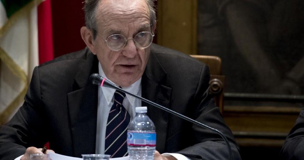 Il ministro dell'Economia, Pier Carlo Padoan, nel corso dell'audizione sul Def alle Commissioni Bilancio di Camera e Senato presso la Sala del Mappamondo a Montecitorio